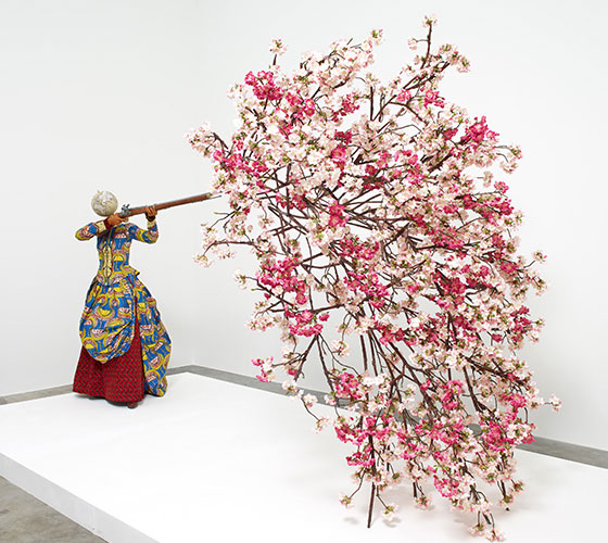 インカ・ショニバレCBE《桜を放つ女性》2019年